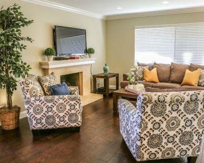 Adorable 3 Bedroom 2 1/2 Bath Condo With 2 car Direct Access Garage - Anaheim Resort