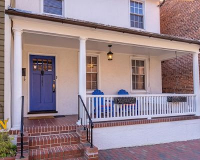 Location Location Location!!!50 Steps from Main Street and all of the action - Historic District
