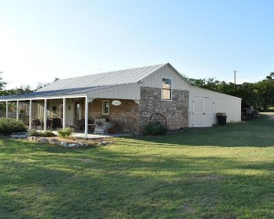 Ava Haus Dairy Barn 3 minutes to Main Street! See our other 3 Ava Haus rentals. - Fredericksburg
