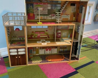 Kid Kraft doll house excellent condition