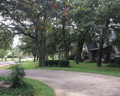 Shady Ranch home, quiet area, family friendly with pool. - Coppell
