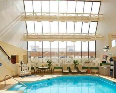 Atrium Resort Virginia Beach: 1BR 1BA Sleeps 4. Pool, Hot Tub, Tanning, Laundry - Northeast Virginia Beach