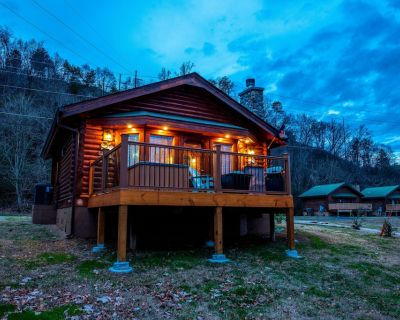 River Front Cabin-Close to Pigeon Forge-Double head spa shower-Moveable king bed Great Fishing - Pigeon Forge
