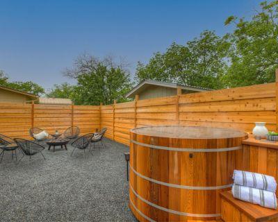 Gorgeous Modern Home w/ Cedar Barrel Hot Tub & Fire Pit - Fredericksburg