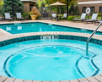 Free Breakfast. Outdoor Pool & Hot Tub. Close to Centerpoint Medical Center! - Independence