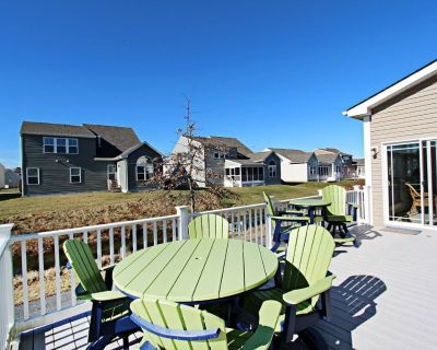 Swann Cove dog-friendly house w/ balcony, gas fireplace, and shared pool - Swann Cove