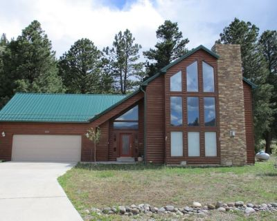 Stately cabin with private hot tub, stone fireplace, and fully equipped kitchen! - South Fork