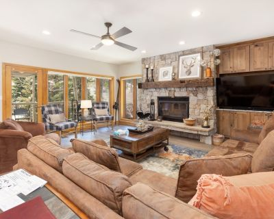 3-Bedroom Condo w/Private Laundry, Private Hot Tub, Very Short Walk to Lifts - Mountain House