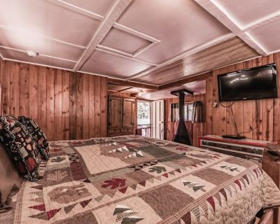 Cubby: Cute, Cozy Studio for 2 with a Hot Tub in the Upper Canyon! - Ruidoso