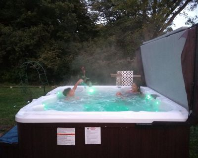 Hot tub/less than 2 miles to stadium/ walk to downtown/sleeps 10 - Water Hill