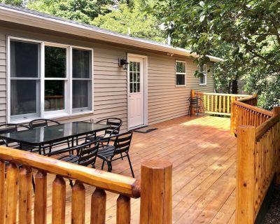 Charming Pocono Retreat Near Lake - Pet Friendly - Albrightsville