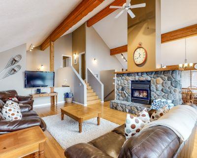 Ski-in/ski-out standalone chalet w/ private hot tub & mountain view - Snow Pine Estates