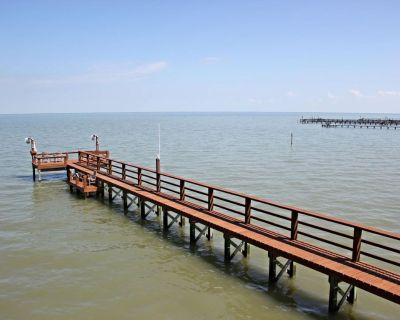Beautiful BAY FRONT home with private fishing pier and NEW boat ramp! - Rockport