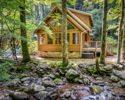 Luxury Creekside Cabin - Perfect, Convenient Location in the Smoky Mtns - Gatlinburg