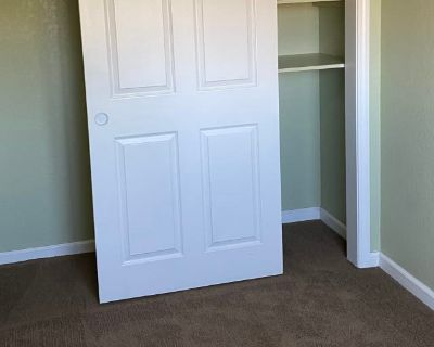 Private room with shared bathroom - Manteca , CA 95337