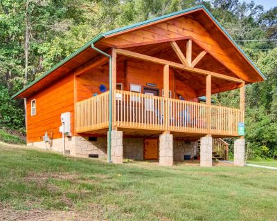 NEW log cabin with Big Screen TV, River Views, & 1 mile to Pigeon Forge! - Pigeon Forge