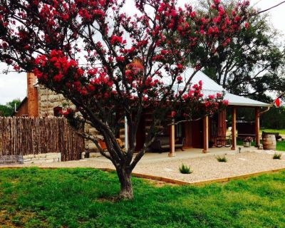 Romantic Luxury Log Cabin- Guest House *Wine and Hot Tub for 2 - Fredericksburg