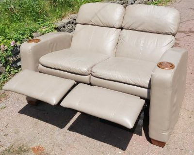 Leather reclining loveseat, Causeuse en cuir inclinable