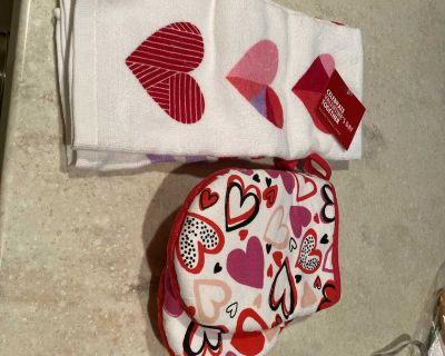 Valentine s Day themed kitchen towels(2) and oven mitts(2)