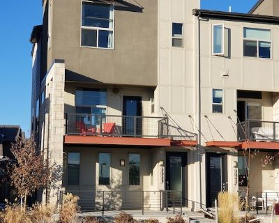 Modern Townhome Near Amenities, Highway, Airport, Downtown - Central Park