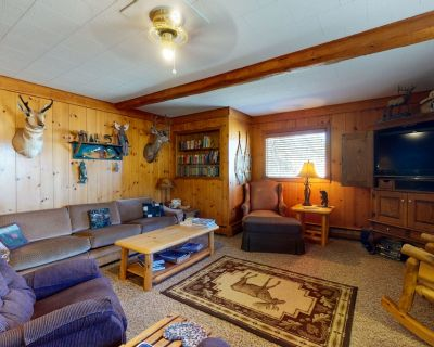 Comfortable cabin w/ wood stove & game room - close to golf and National Forest! - South Fork