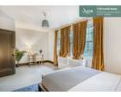 226 Queen room in Woodley Park 5-bed / 2.0-bath apartment