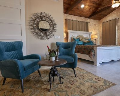 In Town Villas- Suite 3 (2 Bedrooms)   Private Hot Tub   Fireplace - Fredericksburg