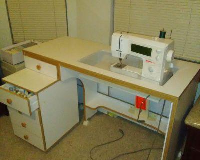 BERNINA 1530 Sewing/quilting machine w/roll away storage