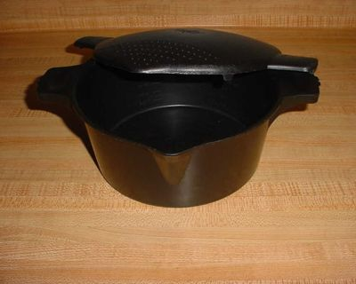 Gently Used Pampered Chef 2 Quart Black Large Micro Cooker Microwave Steamer. $5