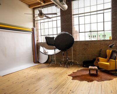 Industrial Exposed Brick Studio Loft with Beautiful Natural Light, atlanta, GA