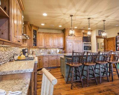 Remodeled Luxury Home with Private Hot-Tub; Sleeps up to 18; Easy Shuttle Access - Deer Valley