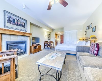 Modern ski in/ski out studio with access to hot tub, fire pit & fire place - Winter Park