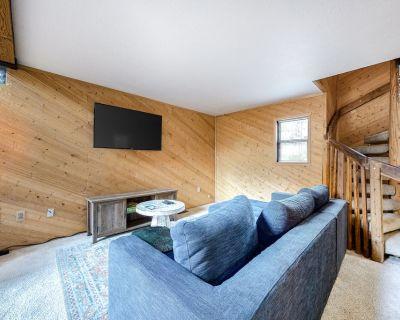 Mountain View Home w/ Great Decks, Wood Stove, Wifi & Unbeatable Location! - Moonridge