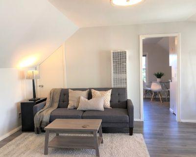 Modern 1bdrm retreat + private balcony sleeps 4 - West Alameda