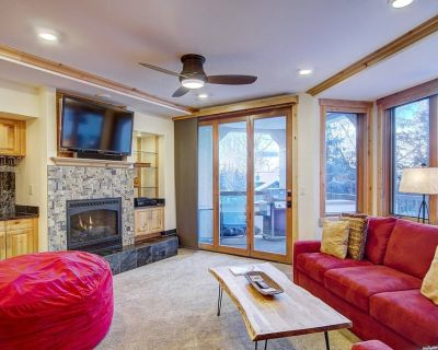 HOT TUB/POOL/GYM OPEN! Air Conditioning, HUGE Deck, Walk to Base, Garage, Elevator, Private Grill - Steamboat Springs