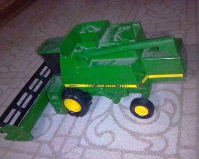 John Deere 9500 Combine with pick up truck and wagon