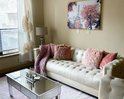 Luxury Pink Getaway w/ Vibrating King Bed - Greenway Plaza-Upper Kirby