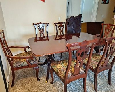Beautiful Dining Table EXTENDABLE, 6 CHAIRS