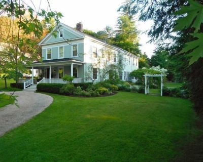 LOVELY NEIGHBORHOOD, HOT TUB, FIREPLACES, WI-FI, WORK FROM HOME, IN-TOWN, SKIING - Great Barrington