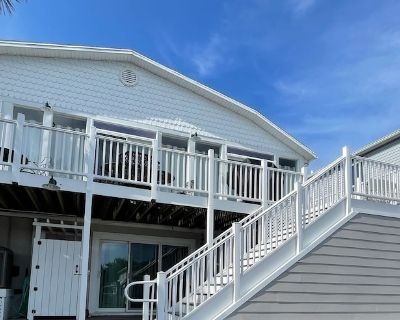 Waterfront 2 Bedroom - 2 Blocks From the Beach - Premium Location - Caine Woods