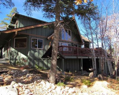 A charming cabin with incredible views! This cozy mountain cabin is perfect for a family of 8 or ... - Upper Moonridge