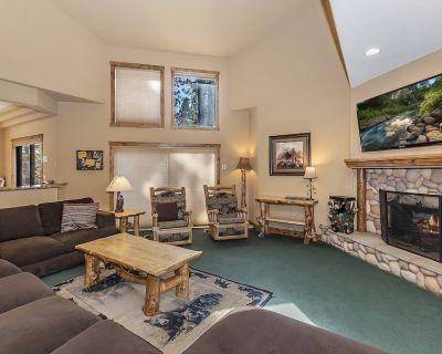 Evergreen Manor: Massive Luxury Retreat Close to Both Ski Resorts! Private Hot Tub! Game Room! - Evergreen Estates