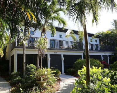 Two Bedroom Duplex, Located Only 7 Houses Away from The Gulf of Mexico! Beach Breeze - Captiva