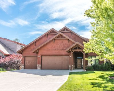 Gorgeous 3-story home, sleeps 16, private hot tub - Eden