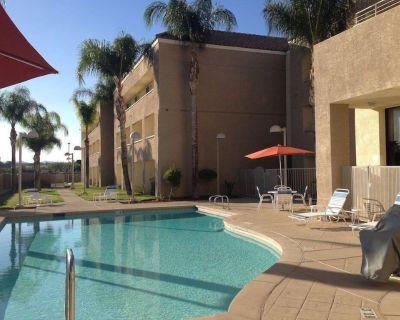 Wine Country Escape in Red Lion Inn & Suites Perris! Queen Unit, Pool, Fitness - Eastside
