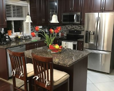 Three bedroom house & Patio Deck (at Hwy 401 and Keele St) Toronto/North York - Maple Leaf