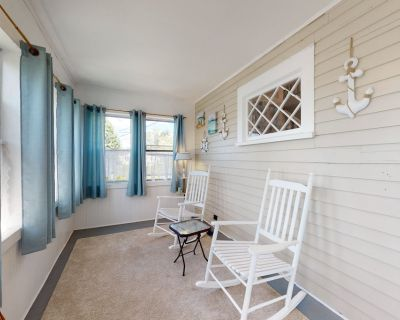 Picturesque cottage with enclosed deck - close to Salem & the ocean! - Beverly