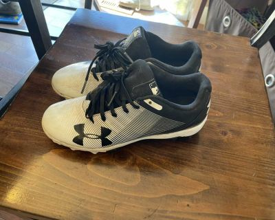 Girls/ladies size 4 Under Armour baseball cleats