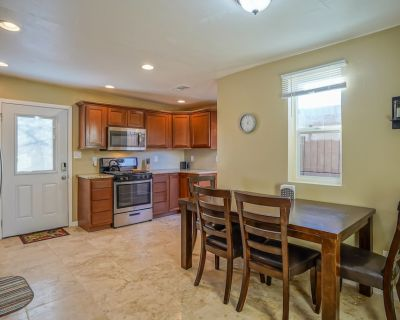 2bd,1ba Remodeled Home w/large yard and Corn Hole Game - Bernalillo County