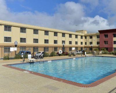 Two Spacious rooms, Minifridge & Microwave, Pool - Burlingame